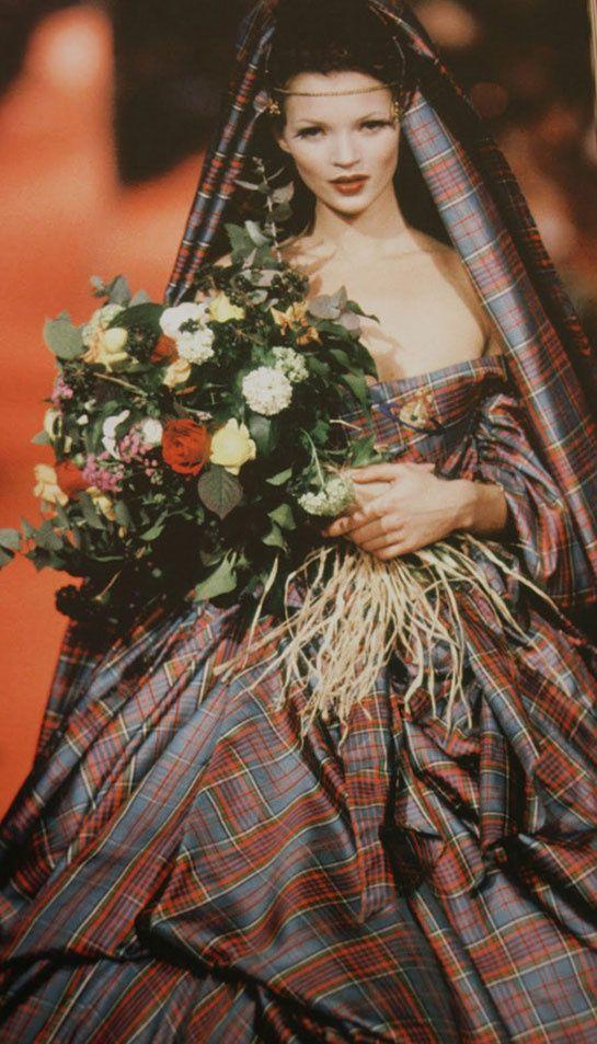 Le mannequin Kate Moss lors du défilé Vivienne Westwood automne-hiver 1993-1994 http://www.vogue.fr/mode/news-mode/diaporama/vivienne-westwood-biographie-d-une-creatrice-anticonformiste/19933#!vivienne-westwood-biographie-d-039-une-creatrice-anticonformiste-kate-moss-automne-hiver-1993-1994