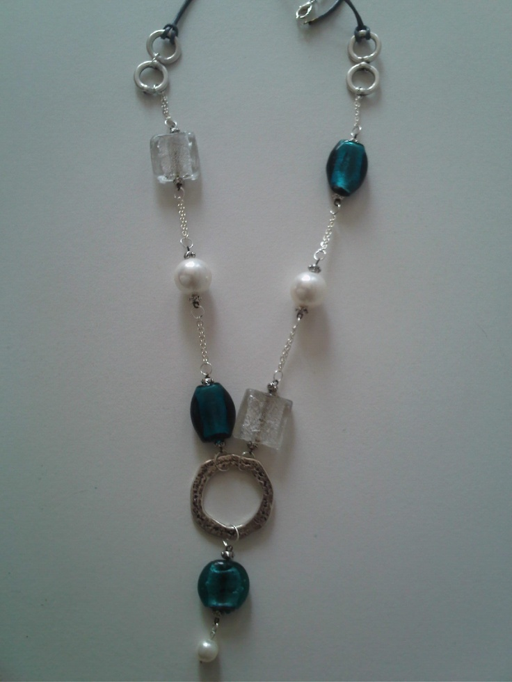 Collar confeccionado con perlas de nácar y piezas de cristal