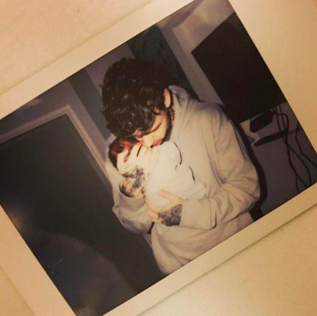Liam Payne e Cheryl Cole já são oficialmente papais de um menino! O cantor de 23 anos, da boyband One Direction, anunciou no Instagram a novidade e postou uma foto fofa segurando o bebê. O nome ainda não foi escolhido e o parto aconteceu dia 22 de março.