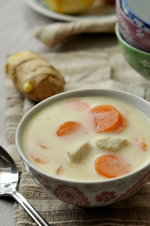Gyömbéres leves – kókusztejszínnel Keleti ízek egy egyszerű húslevesben? Igen, lehetséges! Megbolondítottuk egy kis kókusztejszínnel, citrommal és fűszerekkel és máris egy egészen más ízvilágot kaptunk.
