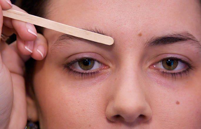 Comment épiler ses sourcils - bien couper ses sourcils - couper sourcils  - Epilation sourcils - comment épiler sourcils -  Brow Bar Benefit - maquillage sourcils