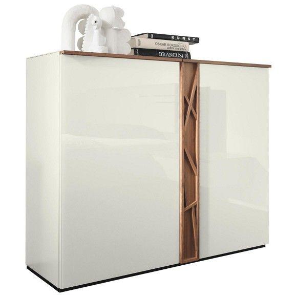 """Die Kommode """"Cutaro"""" ist der Blickfang in Ihrem modernen Wohnzimmer. Das elegante Möbelstück ist in Weiß lackiert und mit einem verstellbaren Einlegeboden versehen. Die Verzierungen aus echtem Eschenholz geben der Kommode das gewisse Etwas. Eine Abdeckplatte aus Klarglas veredelt das Möbel zusätzlich auf einer Breite von ca. 120 cm. Bereichern Sie Ihr Ambiente mit dieser geschmackvollen Kommode aus dem Hause HÜLSTA!"""