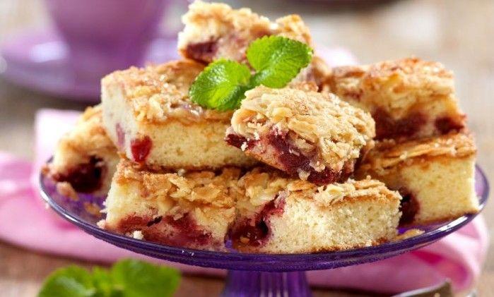 Knäckig tosca, mjuk sockerkaka och söta hallon bakade i långpanna – vilken fullträff!
