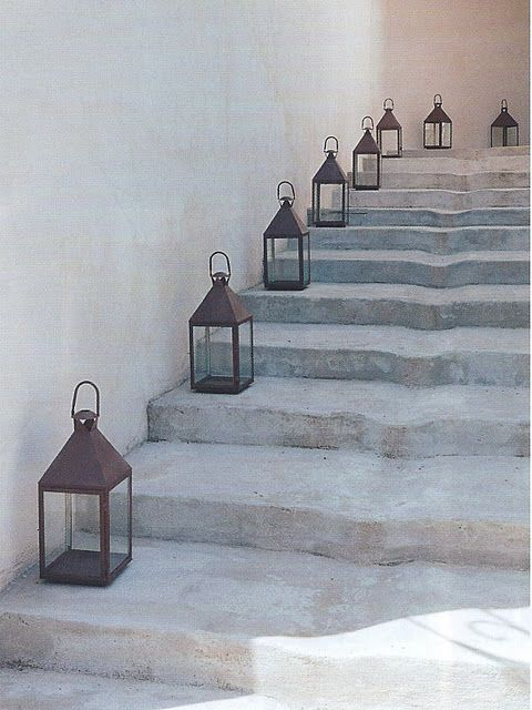 Interior styling: Stylish lanterns on stairs, lantaarns op de trap