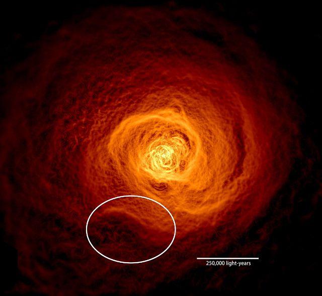 """Un articolo pubblicato sulla rivista """"Monthly Notices of the Royal Astronomical Society"""" descrive la scoperta di una vasta onda di gas galdi nell'ammasso galattico di Perseo che si estende per circa 200.000 anni luce. Un team di astronomi guidati dal dottor Stephen Walker del Goddard Space Flight Center della NASA ha combinato osservazioni effettuate con l'Osservatorio per i raggi X Chandra della NASA e altre alle frequenze radio con simulazioni al computer per studiarla. Leggi i dettagli…"""