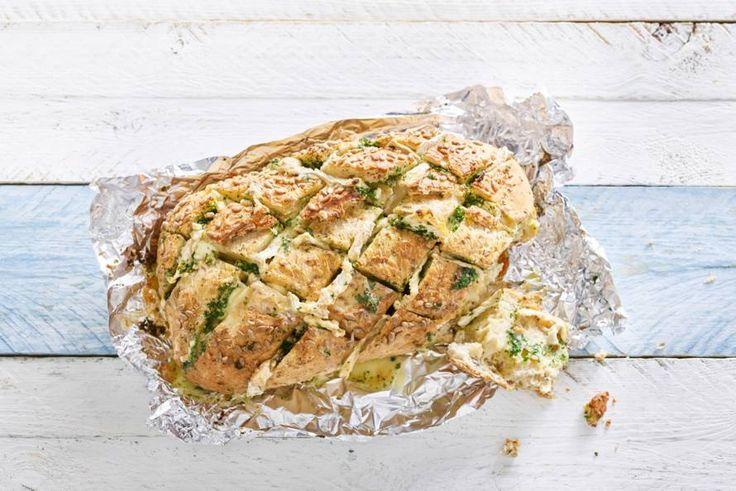 Warm, knapperig brood met kaas, boter en verse kruiden vraagt om een feestelijke borrel - Recept - Allerhande