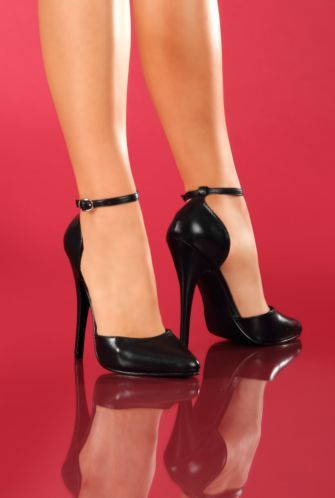 Escarpins Domina 402 Cuir: Talons vertigineux pour ces superbes escarpins femme noirs en cuir véritable à bout légèrement pointu avec bride autour de la cheville. Ces chaussures donneront une touche très sexy à vos tenues. Dessus cuir et semelle synthétique. Semelle anti-dérapante.<BR><BR>Tailles: 35....41/42<BR>Hauteur talons aiguilles: 14cm