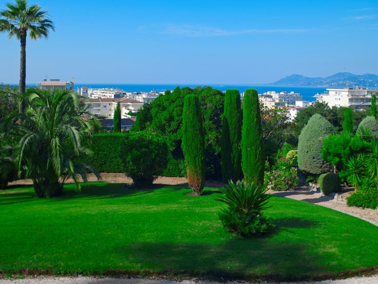 #Luxury property is situated in the heart of the Californie in #Cannes, with a large garden and a  beautiful view of the Mediterranean sea