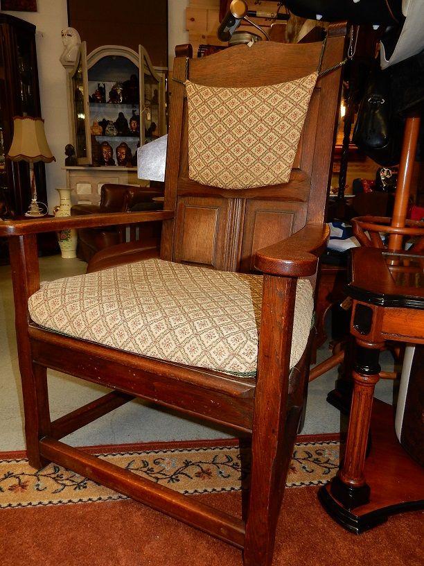 Twee identieke kasteelstoelen met hoogdkussen en zitkussen. Afmeting per stoel is ongeveer 69 cm breed, 108 cm hoog, 60 cm diep. Zithoogte zonder kussen is ongeveer 38 cm. Prijs voor beide stoelen € 95,00.