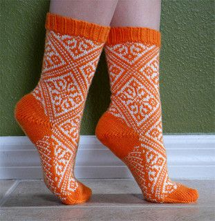 This pattern is based on the very traditional motif of repeating diamonds. To those knitters who are familiar with my other sock designs: don't bother searching - there are no small or hidden images in the design; it's just a normal stranded sock.