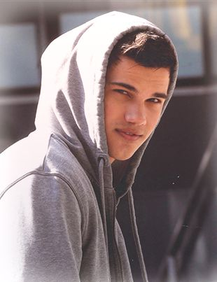 Who does the grey hoodie better: Taylor Lautner (Jacob Black), Rob Pattinson (Edward Cullen) or Chad Michael Murray (Lucas Scott)?