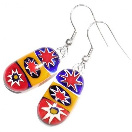Lange glazen oorbellen met sterren in het glas. Rood-geel-blauwe glazen oorbellen.