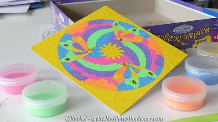 mandala en sable coloré et paillettes