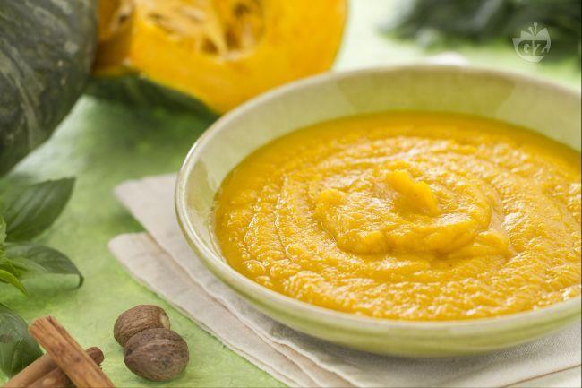 La vellutata di zucca è una deliziosa crema a base di polpa di zucca fatta a pezzetti e cotta in padella con del brodo vegetale e un soffritto.