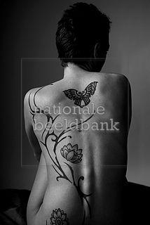 jonge vrouw met grote tatoeage op haar rug