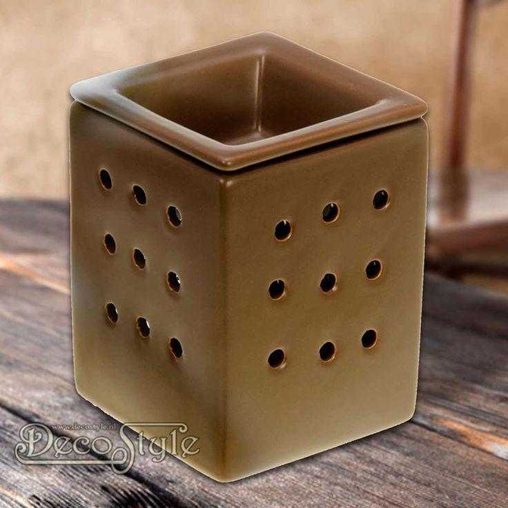 Aromabrander Anna Bruin 2-delig  Stijlvolle aromabrander 2 delig.  Met los bakje om de waxmelts te laten smelten. Door dit losse bakje is het makkelijker de aromabrander schoon te maken.  Vervaardigd door SLC  Kleur: Bruin  Materiaal: Keramiek  Afmetingen: Hoogte: 11 cm Breedte: 8 cm Diepte: 8 cm