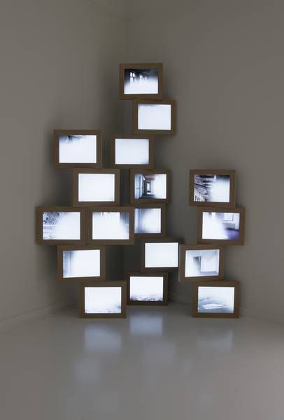 Videoinstallation with 17 digital frames, Christinger de Mayo