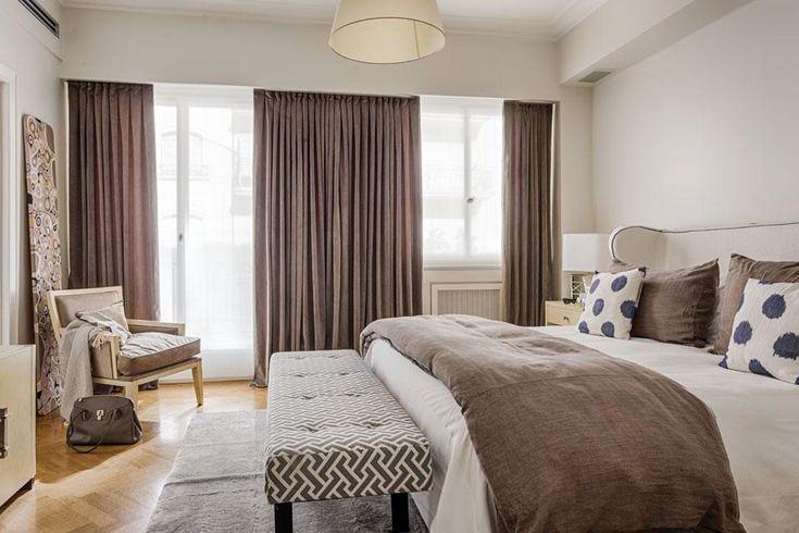 Dormitorio matrimonial en clave nórdica, con calma paleta en tierra, gris topo y madera clara. Foto: Daniel Karp