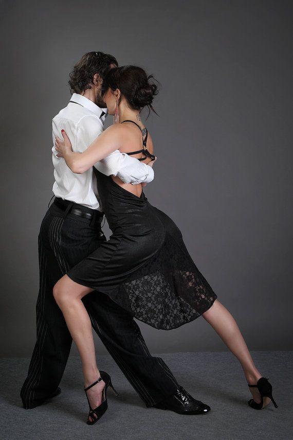 Modèle «Sofia» est une sexy et très féminine ouverte au dos, fait sur mesure, robe de tango! Parfait pour une milonga élégant ou une performance. Il pourrait être porté ainsi qu'une robe de soirée/occasionnel et peu importe l'occasion vous aurez l'air superbe en elle. La robe est une combinaison de jersey et dentelle, s'adapte parfaitement la forme du corps et vous donne une grande liberté dans le mouvement! Le modèle est disponible avec (comme indiqué sur les photos) ou sans une fen...