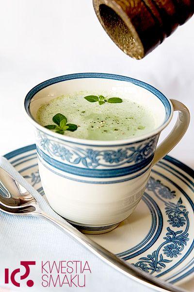 Zupa ze szpinaku, z czosnkiem i ziołami, z kladzionymi kluseczkami