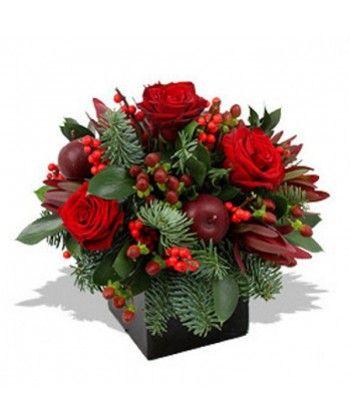 Aranjament de Craciun in cutie din flori si accesorii rosii