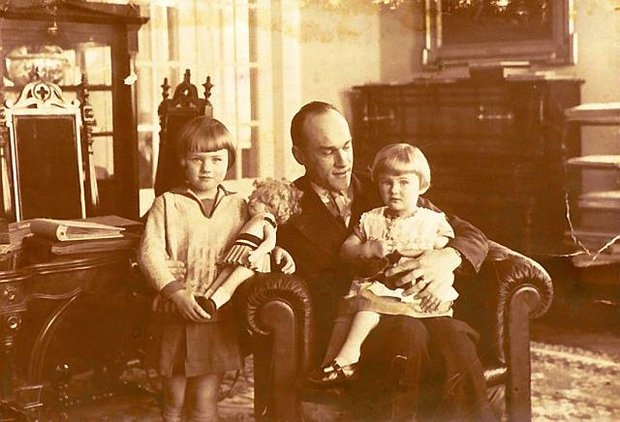 Jarosław Iwaszkiewicz z córkami Marią (ur. 1924) i Teresą (ur. 1928). Stawisko, lata 30. Dziś mają 85 i 81 lat, ale wydarzenia sprzed 70 lat wspominają z taką pasją, jakby działy się dwa miesiące temu
