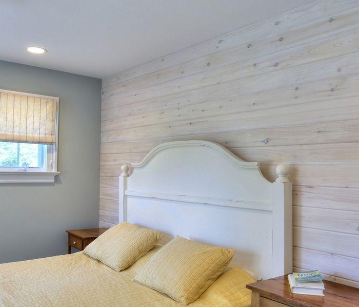 lambris bois blanchi dans la chambre à coucher aménagée avec une literie jaune et une tête de lit blanche traditionnelle