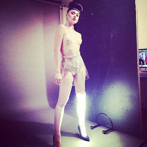 ラトビア出身のアーティスト、ヴィクトリア・モデスタ。幼少期から15回に上る手術など、苦難を乗り越え義足とともに生きる決意をした彼女。義足のイメージを覆す彼女の魅惑的なファッションとパフォーマンスに、全世界から注目が集まっています。