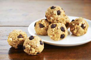 Les arachides et les brisures de chocolat ajoutent de la saveur et encore plus de croquant à ces boules au beurre d'arachide. Parions que cette savoureuse recette simple et facile à réaliser deviendra un nouveau classique familial!
