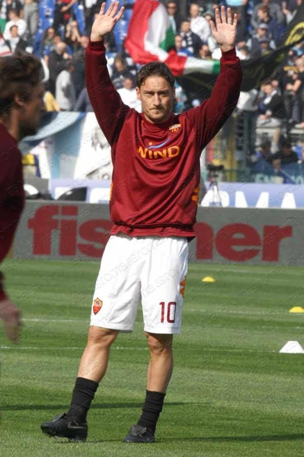 """AS Roma warming up. Today entrance song, chosen by the team, is """"Desire"""" by U2 #asroma #derby"""