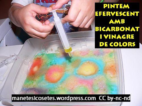 Pintar sobre bicarbonat amb vinagre blanc barrejat amb colorants: la reacció química efervescent meravella els nens alhora que composen una creació artística!