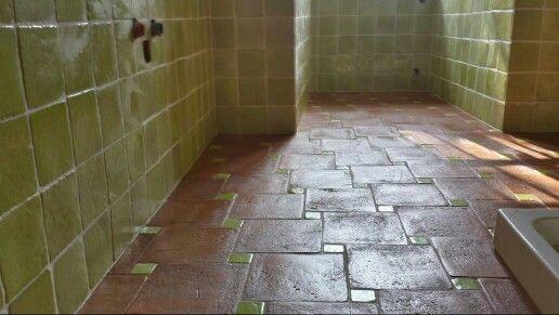 Bagno con rivestimento in cotto smaltato e pavimento carteggiato 30x30 con tozzetto smaltato - Pavimento e rivestimento bagno uguale ...