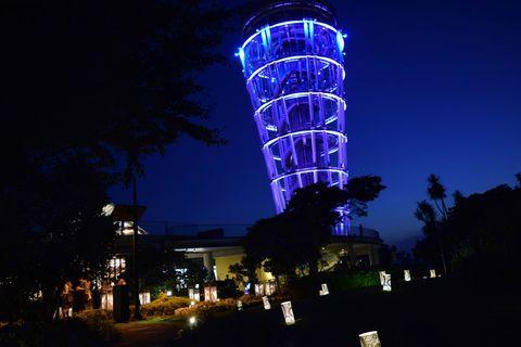 湘南の人気スポット江の島では、夏の夜にイベント「江の島灯籠」が開催されます。江島神社や江の島サムエル・コッキング苑など島内各所に1000基の灯籠が飾られ、境内ではライトアップを実施。灯籠は、江の島の伝説「天女と五頭龍」にちなんだデザインなど一つ一つ個性的で、島全体が幻想的な雰囲気に包まれます。ここでは「江の島灯籠2016」の見どころをご紹介。夏の夜の夕涼みに出かけてみませんか?