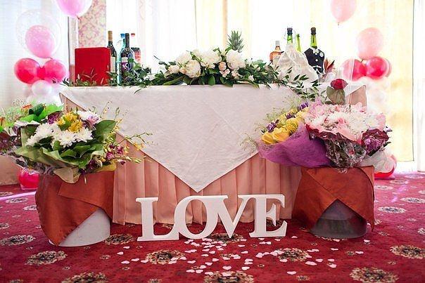 Украшение зала: LOVE.