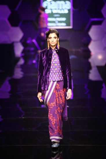 #Sari #saree under a long blouse and velvet jacket is now taking over the #Indian look of #saree and transforming in to new western look