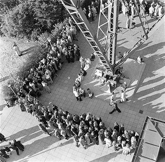 Funkturm Berlin um 1955 wartende Menschen vor der Auffahrt auf den Funkturm