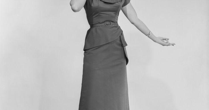 Vestimenta de hombres, mujeres, adolescentes y niños durante la década de 1950. La ropa sensible y cándida que se usaba en la década de 1950 era además de funcional, linda para los niños, los hombres y las mujeres. En oposición a las brillantes y coloridas telas de las décadas de 1970 y 1980, las telas de 1950 se enfocaban en diseños sencillos y colores suaves. Emula algo del estilo de la década de 1950 aprendiendo sobre cómo ...