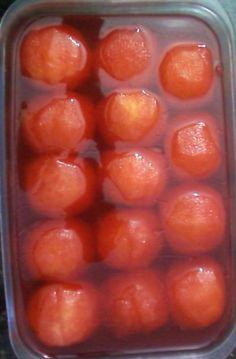 6 maçãs - 2 caixas de gelatina sabor morango - 3 colheres de sopa de açúcar - 2 cravos -