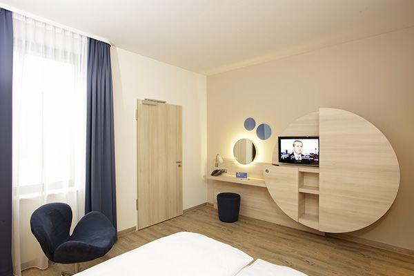Einblick in eines der modern eingerichteten Hotelzimmer | H2 Hotel am Alexanderplatz am Berlin