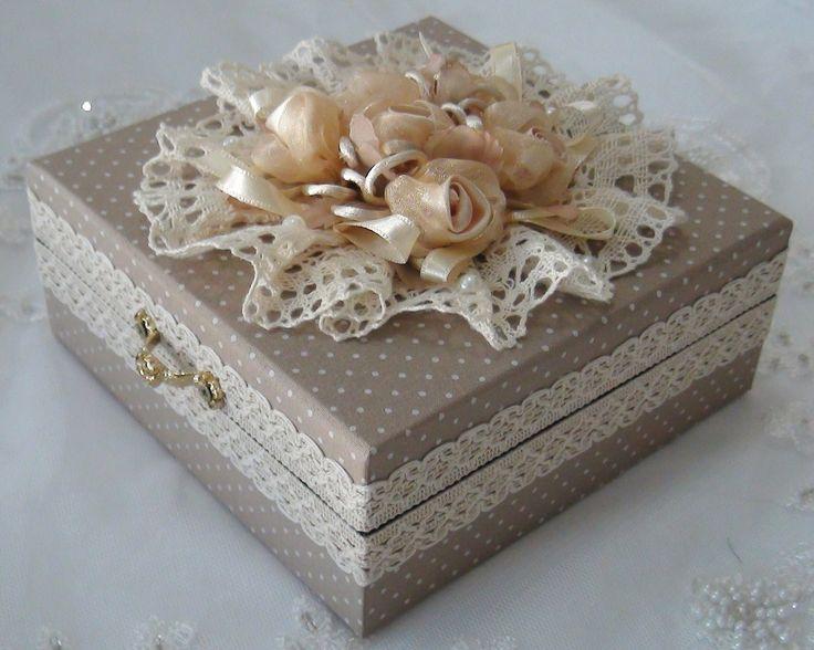 Caixa em MDF revestida com tecido 100% algodão. Apliques em renda e flores em cetim e organza. <br>Parte interna com forração em camurça.