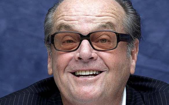 Ha lavorato con i più grandi autori della storia del cinema: Roman Polanski, Stanley Kubrick, Martin Scorsese, Milos Forman, Tim Burton e molti altri. Jack Nicholson è uno degli attori più istrionici e carismatici che si siano mai affacciati nel panorama cinematografico mondiale e, dato che oggi festeggiamo il 80° compleanno, noi gli rendiamo giustamente omaggio ripercorrendone la sfavillante carriera. Nato nel New Jersey nel 1937, Jack Nicholson si trasferisce a Los Angeles a soli 17 anni…