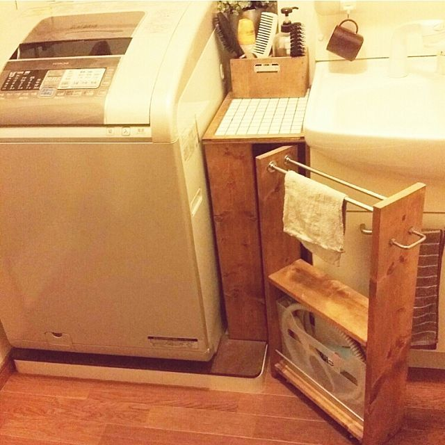 女性で、4LDKの隙間収納/DIY/洗面所/収納アイデア/Bathroomについてのインテリア実例を紹介。「収納アイデアに参加のため再投稿です。 洗面台と洗濯機の間の隙間に作った収納棚です(^ー^) 右半分はキャスター付きの引き出せる棚にして、雑巾と風呂水ホースを収納しています。 雑巾を使った後にここに掛けて隣の浴室までコロコロ押して行き、浴室の窓を開けておけばすぐに乾きます♪ 乾いたら棚にビルトインでスッキリです(*´∀`) タイル天板の上のブラシスタンドも、洗濯パンカバーも作りました♪」(この写真は 2016-09-01 17:35:51 に共有されました)