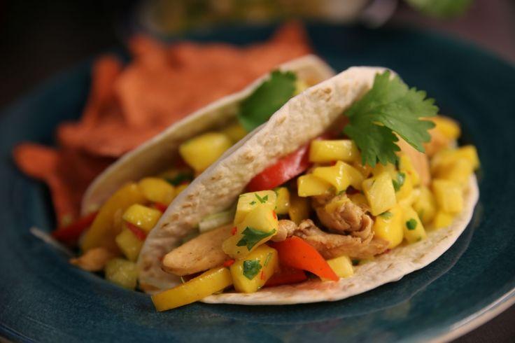 Veckans middagstips är att våga krydda upp din tacos eller fajita med en fräsch salsa på mango, färsk ananas, chili och koriander! Till detta gjorde vi gjorde mjuka tacos med fajitakyckling.