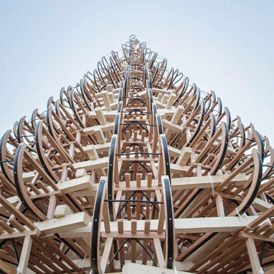 Hello Wood : Un arbre de Noël composé de 365 traîneaux (A Budapest en Hongrie)