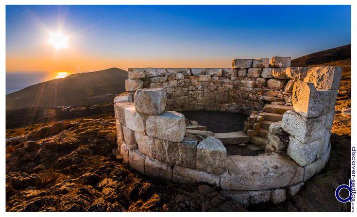 Sunset at Apros Pirgos - Serifos, Cyclades | Ηλιοβασίλεμα στον Άσπρο Πύργο - Σέριφος, Κυκλάδες Μάθετε περισσότερα στο: http://www.discover-serifos.com/el/anakalupste/aksiotheata/simeia-endiaferontos/aspros-purgos