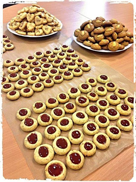 Malé koláčky upečené v troubě, plněné marmeládou, servírované jako vánoční cukroví, obalené v moučkovým cukru.
