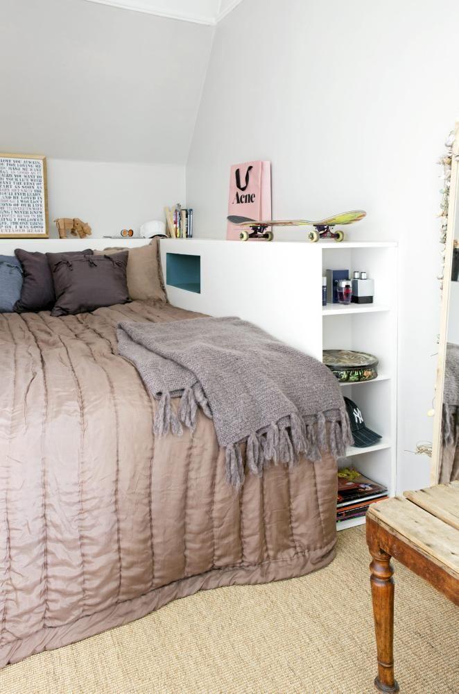En rammemadrass på 120 cm fra Ikea gis karakter idet den får selskap av et spesialsnekret sengemøbel. Bingen har flere formål: Den omslutter og gir trygghet til en sovende tenåring, den hindrer kulde og varme fra å trenge inn fra de uisolerte veggene og rett inn til madrassen. Sist, men ikke minst: den rommer hyller, nattbord og hemmelige hulrom for oppbevaring. Snekkerarbeid er utført av Ekbergs Tømrer og snekkerservice. Sengeteppe, pledd og puter fra Anouska. Styling: Tone Kroken.