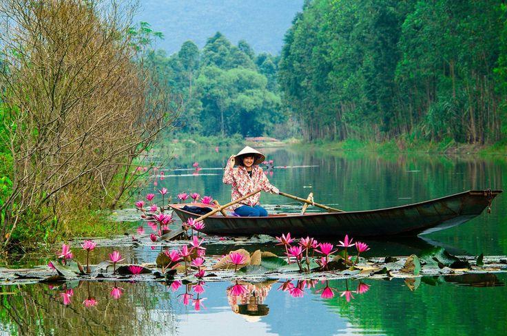 Vi är i Hanoi, Vietnam. Tam Coc är tre naturliga grottor du kan gå in i på en båt.