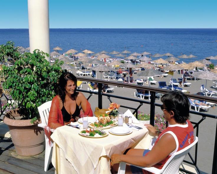 Hotel Calypso Beach**** is een populair hotel met een prachtige subtropische tuin met een mooi landschapszwembad. Het is van alle gemakken en vele faciliteiten voorzien, zoals gratis ligbedden, parasols en badhanddoekservice bij het zwembad en op het strand, diverse sportmogelijkheden als basketbal en waterfietsen.    Het all inclusive concept is in dit hotel zeer compleet. Het buffetrestaurant beschikt over uitgebreide buffetten en u kunt hier ook à la carte dineren. Officiële categorie A