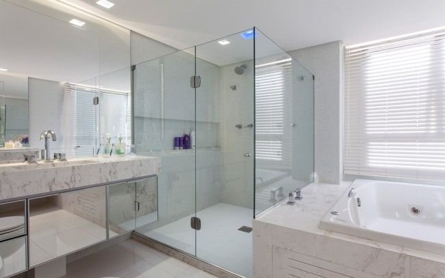 A mix de texturas brancas, mármore e espelho fazem desta sala de banho um dos destaques deste apartamento projetado por Gabriel e Luiz Arquitetos. #apartamento #decoration #decor #sala #livingroom #bathroom #homedecor #tiles #braziliandesign #arquiteturadeinteriores #banheiro
